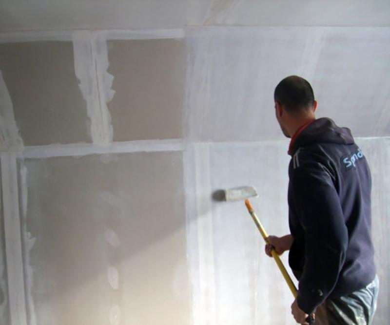 Обработка стен грунтовкой при поклейке обоев